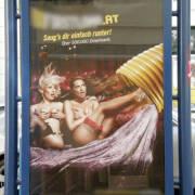 Im öffentlichen Raum Pornos bewerben